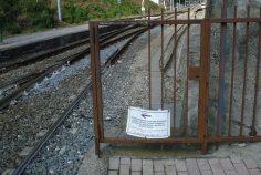Sbarramento per impedire agli utenti di entrare a piedi dalla ferrovia (credo che lo facciano lo stesso)