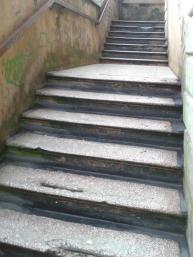 Seconda rampa: esterna, scivolosa se piove, tre scalini rotti! E un altro paio non stanno molto bene...