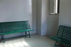 La sala d'aspetto, decorosa e pulita