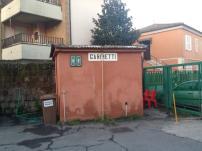 Superando l'ingresso si vedono i servizi igienici. Si entra dal retro...