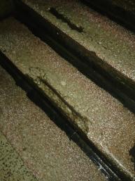Seconda rampa, particolare: scalino rotto in un giorno di pioggia.