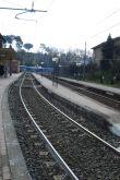 La stazione di Morlupo a sinistra e la ferovia, si vede molto bene che per prendere il treno per Roma devi scendere e risalire i gradini.