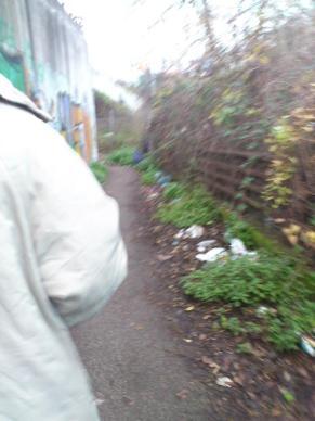 Siamo nella seconda parte della rampa. Il muro alto e pieno di graffiti da una parte, e la sporcizia di ogni genere dall'altra ci fanno venire paura.